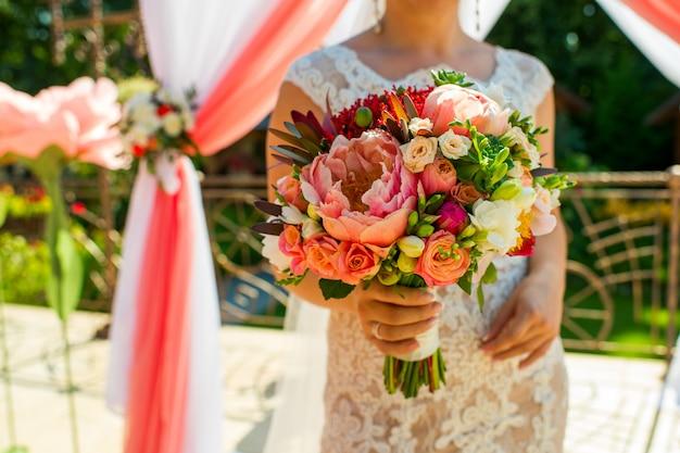 Ramo de la novia en manos, marco horizontal