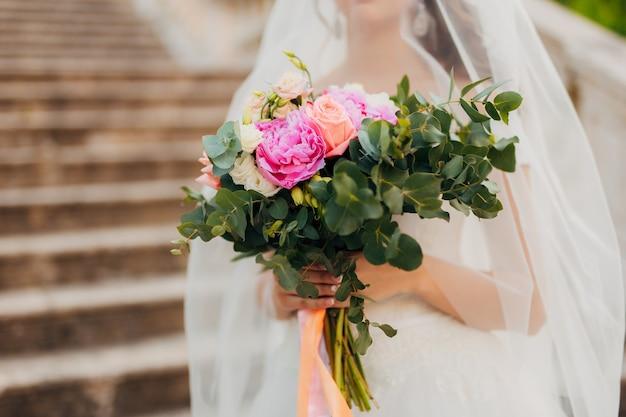 Ramo de novia en manos de la novia. boda en montenegro
