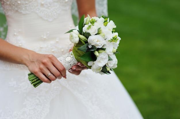Ramo de novia en manos de la novia.