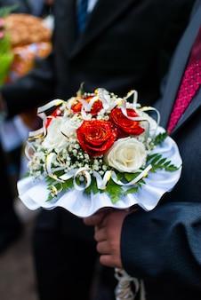 Ramo de novia de la novia y el novio en la boda de ucrania