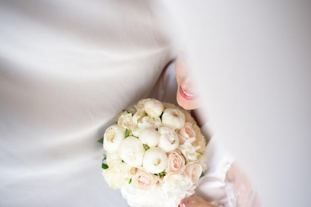 Ramo de novia, ramo de hermosas flores en el día de la boda