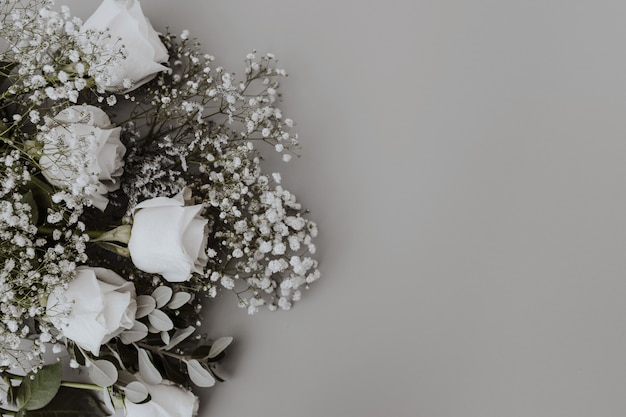 Ramo de novia de rosas blancas con espacio a la derecha.