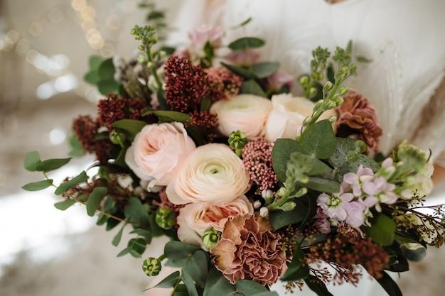 Ramo de novia con rosas y peonías rosa empolvadas