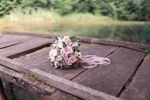 Ramo de novia sobre tabla de madera