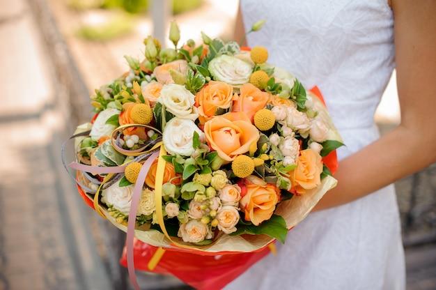 Ramo de novia suave y hermoso en manos de mujer
