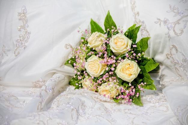 Ramo de novia en vestido de novia