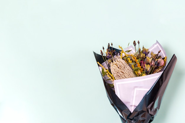 Ramo original de flores frescas en el fondo ligero, primer.