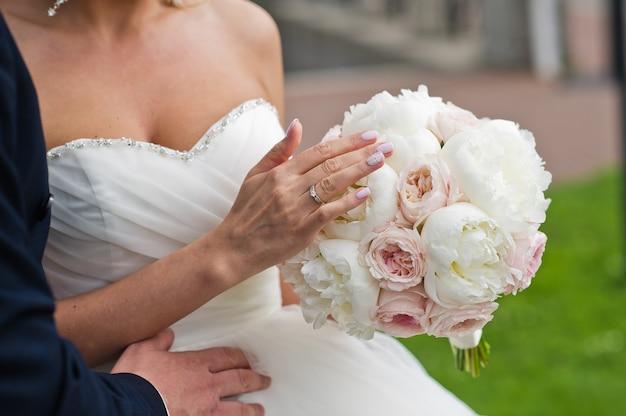 Ramo de peonías blancas y rosas.
