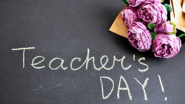 Ramo de peonías e inscripción día del maestro