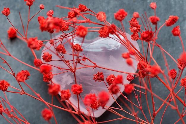 Ramo de pequeñas flores rojas delicadas en forma de corazón cuarzo rosa san valentín fiesta del día de la madre
