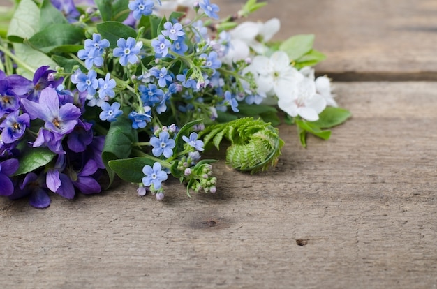Ramo de primavera con violetas.