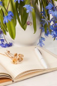 El ramo de prímulas azules sobre la mesa