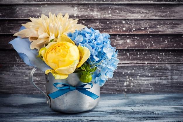 Ramo de rosas amarillas y hortensias azules