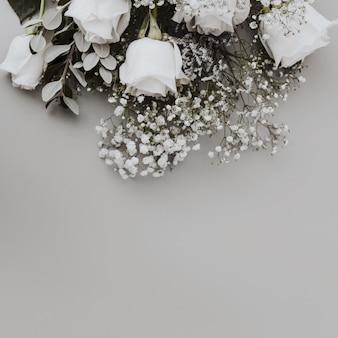 Ramo de rosas blancas con espacio en la parte inferior.