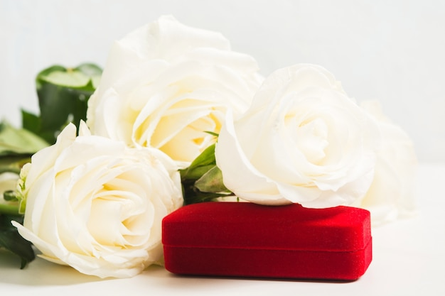 Ramo de rosas blancas con joyas de regalo para vacaciones o bodas