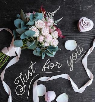 Ramo de rosas blancas sobre la mesa