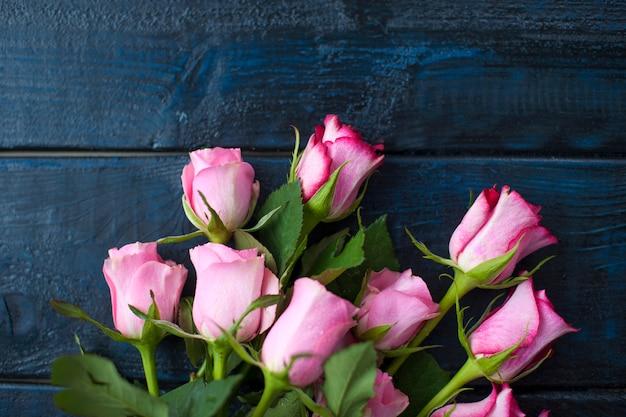 Un ramo de rosas como regalo para un día de amantes sobre un fondo negro.