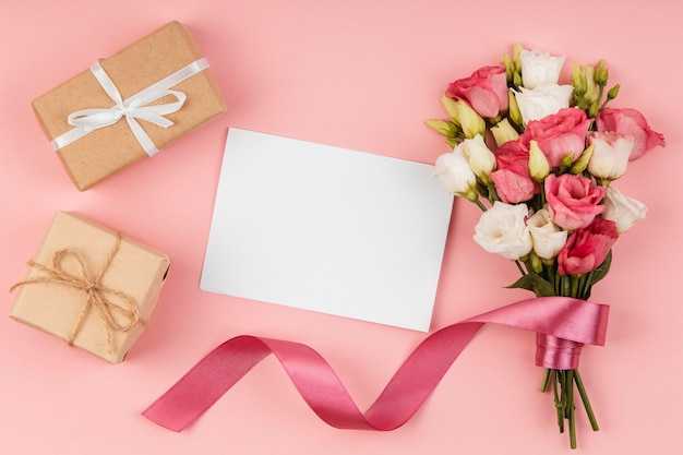 Ramo de rosas hermosas endecha plana con tarjeta vacía