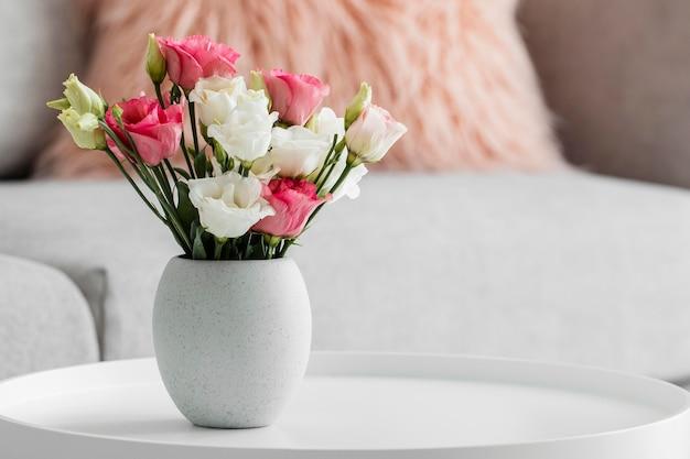 Ramo de rosas en un jarrón con espacio de copia