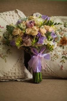 Ramo de rosas moradas para la novia el día de su boda