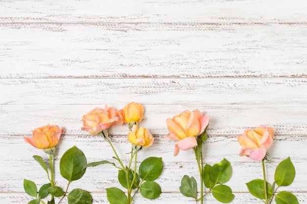 Ramo de rosas naranjas sobre la mesa