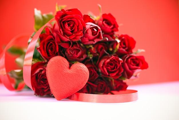 Ramo de rosas rojas en la mesa