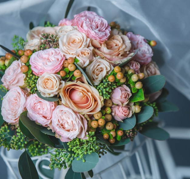 Ramo de rosas rosadas y flores