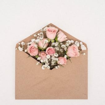 Ramo de rosas rosadas en un sobre