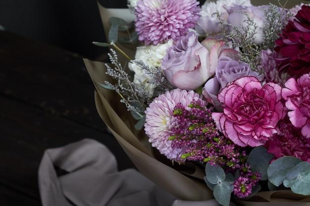 Ramo de tonos rosa y morado en estilo vintage en oscuro
