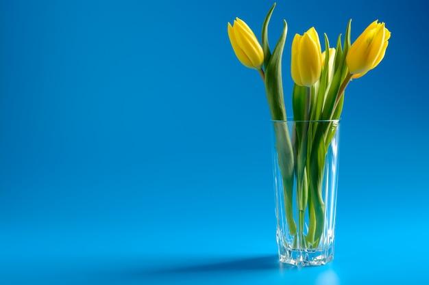 Ramo de tulipanes amarillos en un jarrón