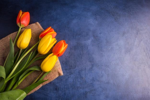 Ramo de tulipanes brillantes en mesa
