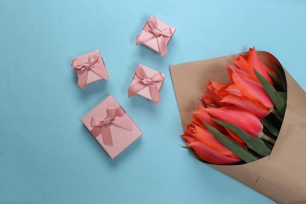 Ramo de tulipanes con cajas de regalo en azul