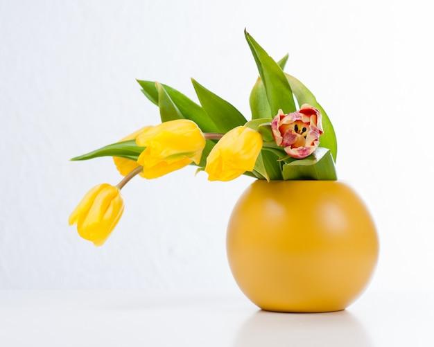 Ramo de tulipanes coloridos en florero.