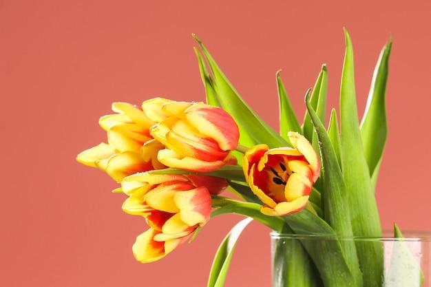 Un ramo de tulipanes como regalo para la decoración de pascua del día de san valentín del día de la madre de marzo