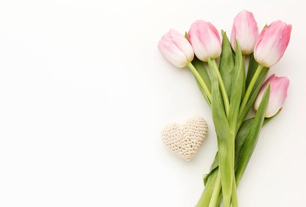 Ramo de tulipanes copia espacio
