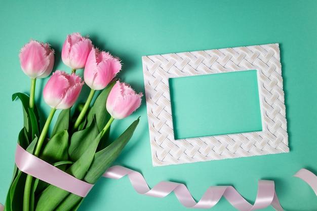 Ramo de tulipanes flores de primavera sobre fondo festivo de color