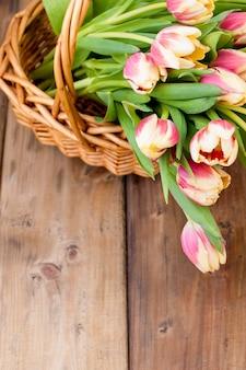 Ramo de tulipanes frescos de primavera de color amarillo y rosa.