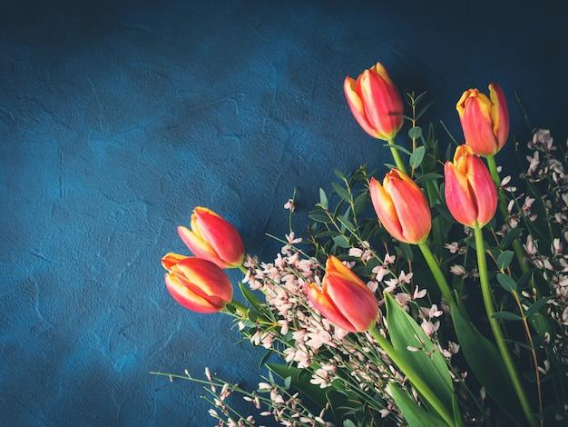 Ramo de tulipanes en la oscuridad