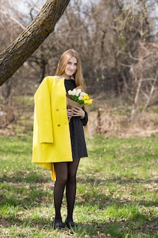 Ramo de tulipanes de primavera en manos de mujer