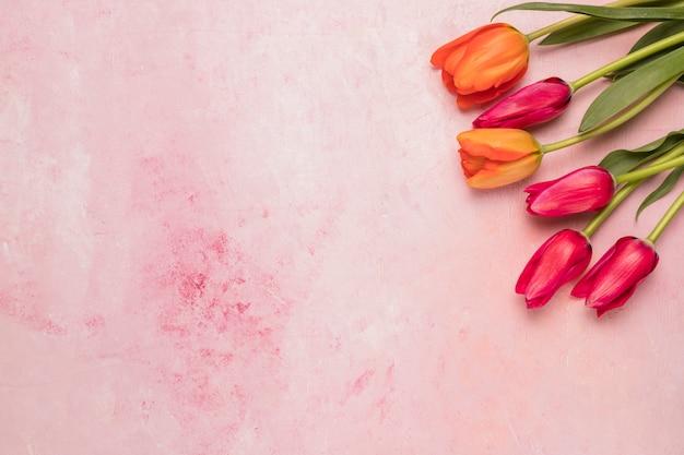 Ramo de tulipanes rojos y naranjas.