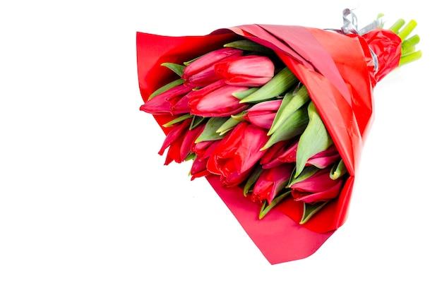 Ramo de tulipanes rojos de primavera fresca