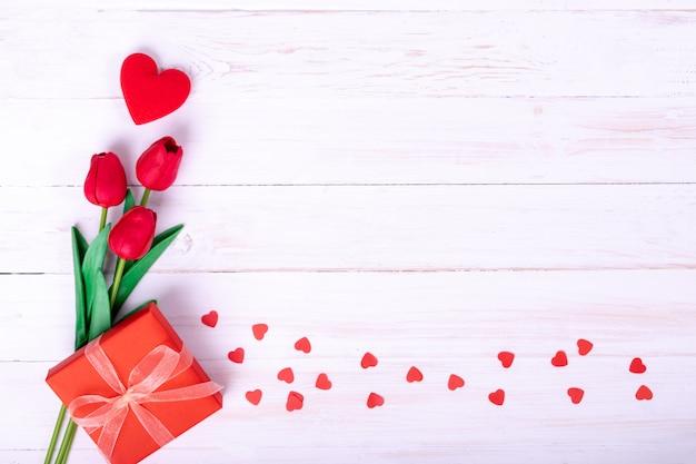 Ramo de tulipanes rojos y un regalo.
