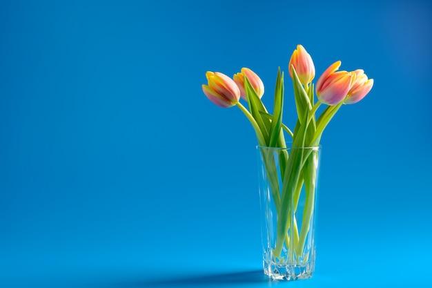 Ramo de tulipanes rosados en un jarrón