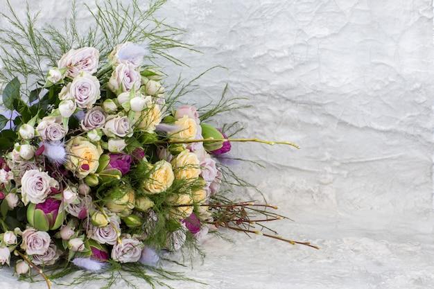 Un ramo de tulipanes y rosas y decoración de primavera.