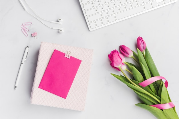 Ramo de tulipanes con tarjeta en blanco
