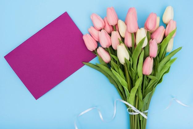 Ramo de tulipanes con tarjeta morada.