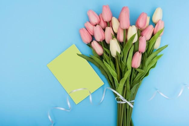 Ramo de tulipanes con tarjeta verde.