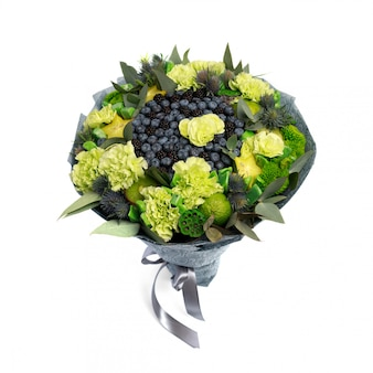 El ramo único que consiste en arándanos, moras, limones decorados con claveles verdes se aísla como plantilla para la tarjeta de felicitación