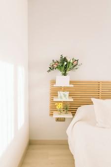 Ramos de flores en jarrones sobre estanterías.