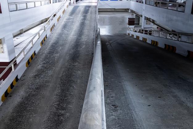 Rampa hacia arriba y hacia abajo del estacionamiento subterráneo.
